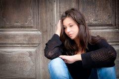 flicka som ser tonårs- fundersama problem Royaltyfri Foto
