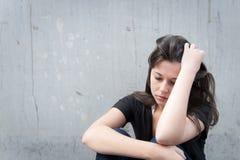 flicka som ser tonårs- fundersama problem Arkivfoton
