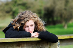 flicka som ser tonårs- thoughful Arkivfoton