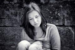 flicka som ser tonårs- fundersama problem Arkivbilder
