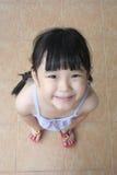 flicka som ser upp Royaltyfri Foto