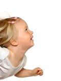 flicka som ser upp litet barn Arkivfoto