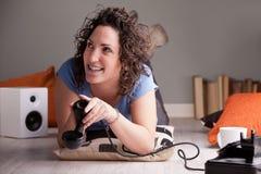 Flicka som ser upp rymma telefonmottagaren ner Arkivbild