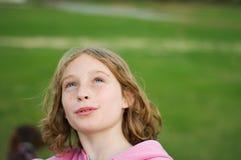 flicka som ser upp skyen Fotografering för Bildbyråer