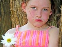 flicka som ser upprivet barn Royaltyfri Bild