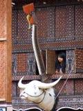 Flicka som ser ut ur fönster från tongkonan Arkivfoto