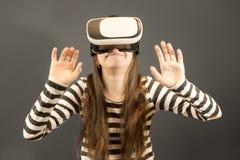Flicka som ser virtuell verklighetexponeringsglas royaltyfria bilder