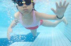 flicka som simmar undervattens- barn Arkivbilder