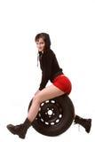 Flicka som sitter på gummihjulet Arkivfoto