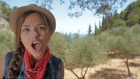 Flicka som sjunger i parkera lager videofilmer