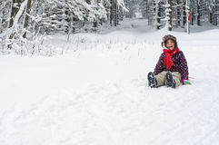 Flicka som skrattar i snö Arkivfoto