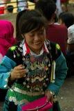 Flicka som skrattar under förälskelsemarknadsfestival Royaltyfri Foto