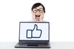 Flicka som skriker med bärbara datorn på tabellen Royaltyfri Foto