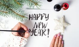 Flicka som skriver kalligrafikortet för lyckligt nytt år fotografering för bildbyråer