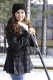 Flicka som skyfflar snö Royaltyfri Fotografi