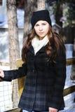 Flicka som skyfflar snö Arkivfoto