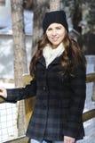 Flicka som skyfflar snö Royaltyfria Foton