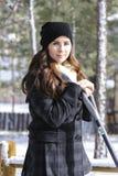 Flicka som skyfflar snö Royaltyfria Bilder