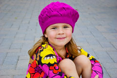 Flicka som slitage den rosa rät maskahatten Royaltyfri Foto