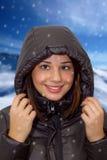 Flicka som slitage ett hooded vinterlag Royaltyfria Foton