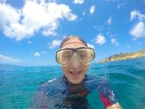 Flicka som snorklar i Hawaii Arkivfoto