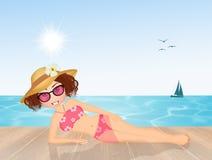 Flicka som solbadar på stranden Royaltyfria Foton