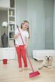 Flicka som sopar golvet  Royaltyfri Bild