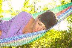 Flicka som sovar i en hängmatta Royaltyfri Bild