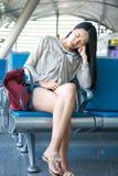 Flicka som sover i väntande korridor för flygplats arkivbild