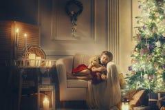 Flicka som sover nära julgranen royaltyfria bilder