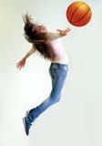 Flicka som spelar basket Royaltyfri Foto