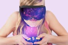 Flicka som spelar exponeringsglas för virtuell verklighet för VR-utrymme modiga användande och A.C. Royaltyfri Foto