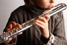 Flicka som spelar flöjten Fotografering för Bildbyråer