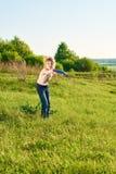Flicka som spelar frisbeen i parkera Fotografering för Bildbyråer