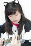 Flicka som spelar gitarren Royaltyfri Bild