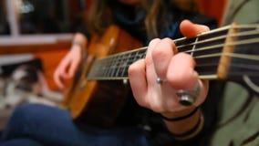 Flicka som spelar gitarren i vardagsrum stock video
