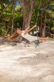 Flicka som spelar gungan på stranden Royaltyfri Fotografi