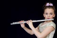 Flicka som spelar hennes flöjt Arkivfoton