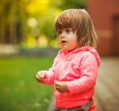 Flicka som spelar i gatan solljus Fotografering för Bildbyråer