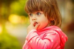 Flicka som spelar i gatan solljus Royaltyfri Foto
