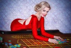 Flicka som spelar i kasino royaltyfria foton