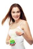 Flicka som spelar med åtsmitande Arkivbild