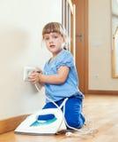 Flicka som spelar med elektriskt järn Arkivbilder