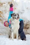 Flicka som spelar med en Border collie Royaltyfri Foto