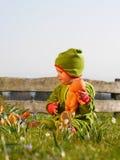 Flicka som spelar med en docka Royaltyfria Foton