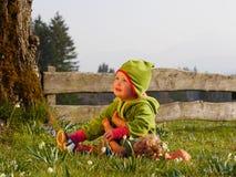 Flicka som spelar med en docka Royaltyfri Bild