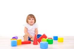 Flicka som spelar med färgrika kuber arkivbilder