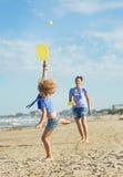 Flicka som spelar med hennes moder i tennis Royaltyfri Fotografi