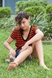 Flicka som spelar med hennes valp Royaltyfria Foton