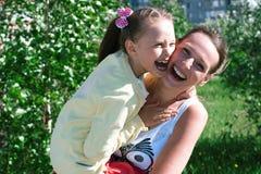 Flicka som spelar med mamman Royaltyfria Bilder